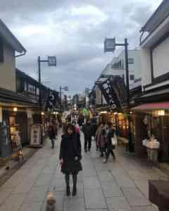 葛飾柴又の商店街の夜の街並み