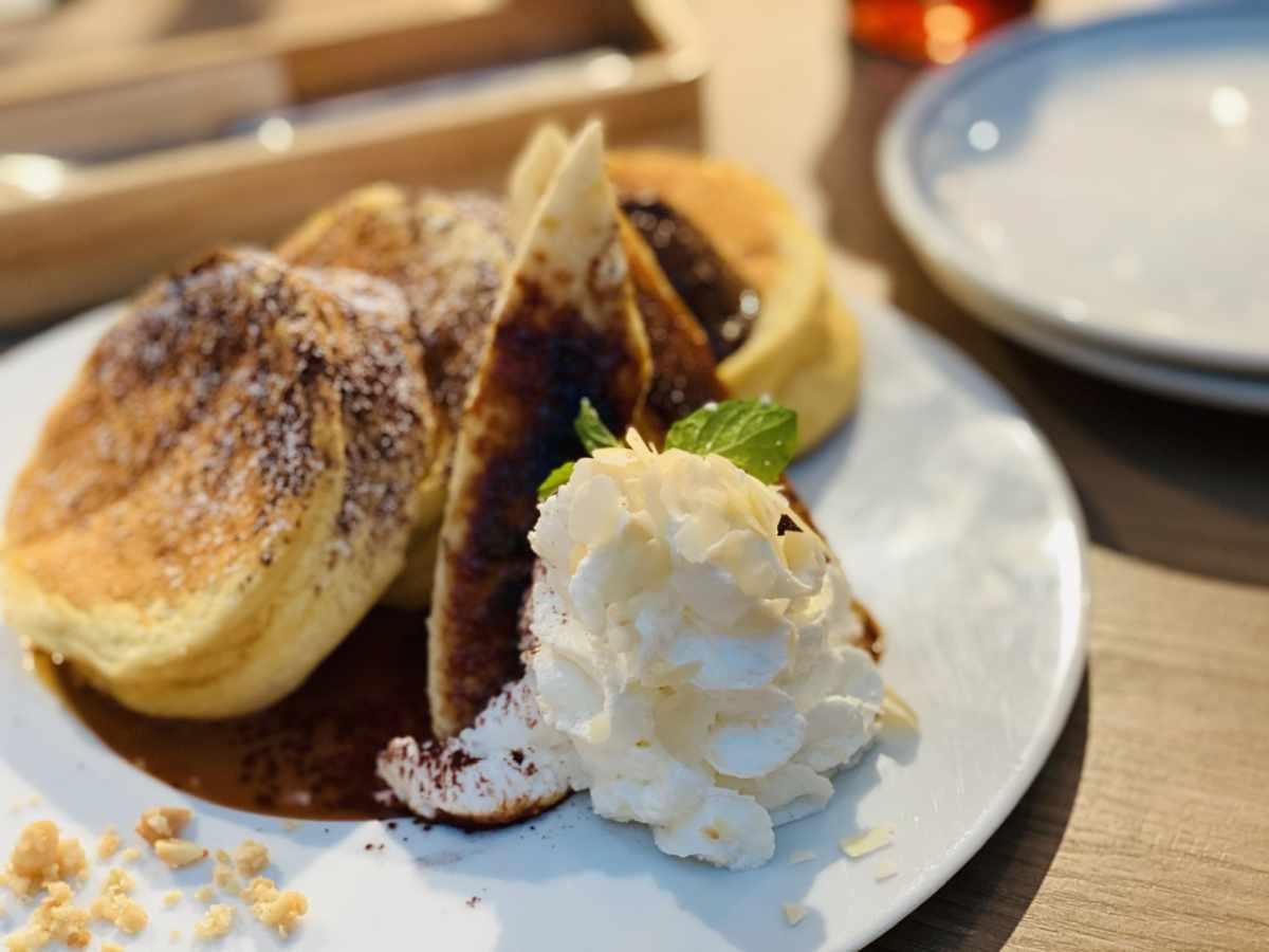 湘南パンケーキのキャラメルバナナとエスプレッソムースのパンケーキ