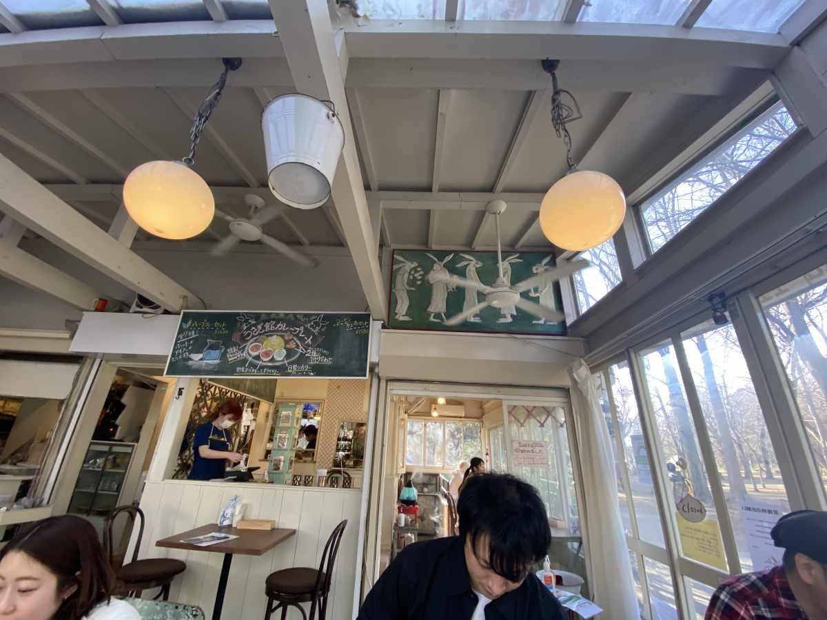 カフェ・ドゥ・リエーヴル うさぎ館の内観