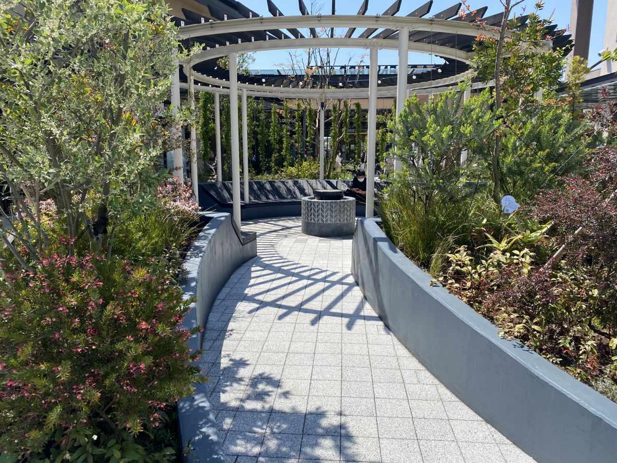 木更津アウトレットの庭園とベンチ