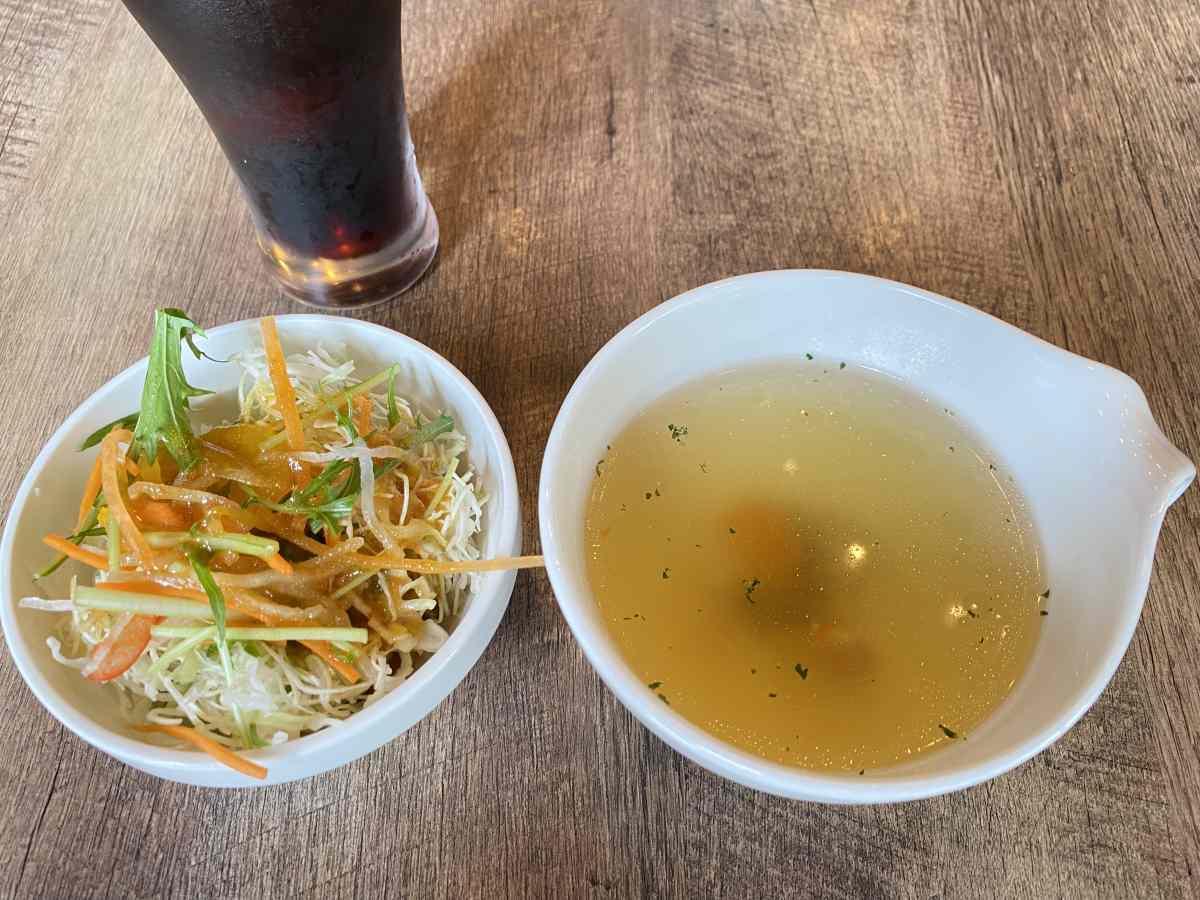 デックス1階「ビストロうしすけ」のランチメニューに付いてくるサラダとスープ